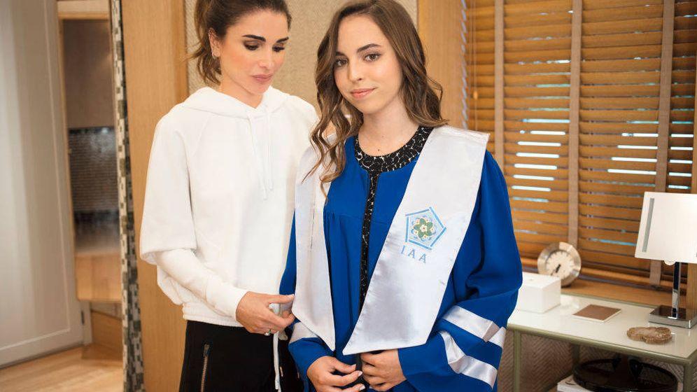 Foto: Rania de Jordania preparando a su hija Salma para su graduación. (Getty)
