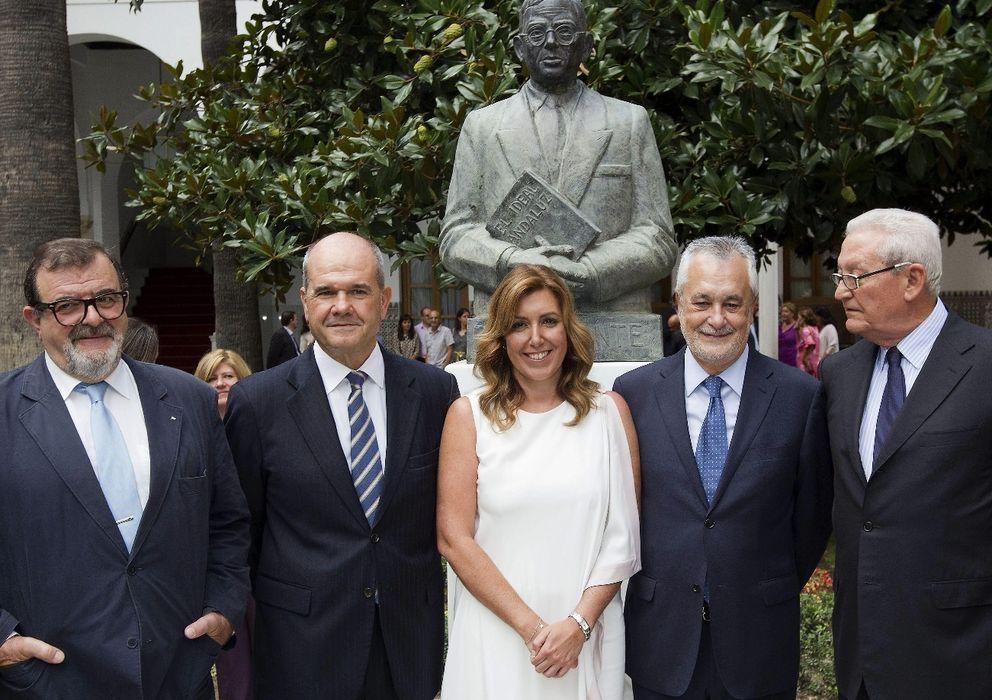 Foto: Susana Díaz (c), con los expresidentes andaluces Manuel Chaves (2i) y José Antonio Griñán (2d) (EFE)