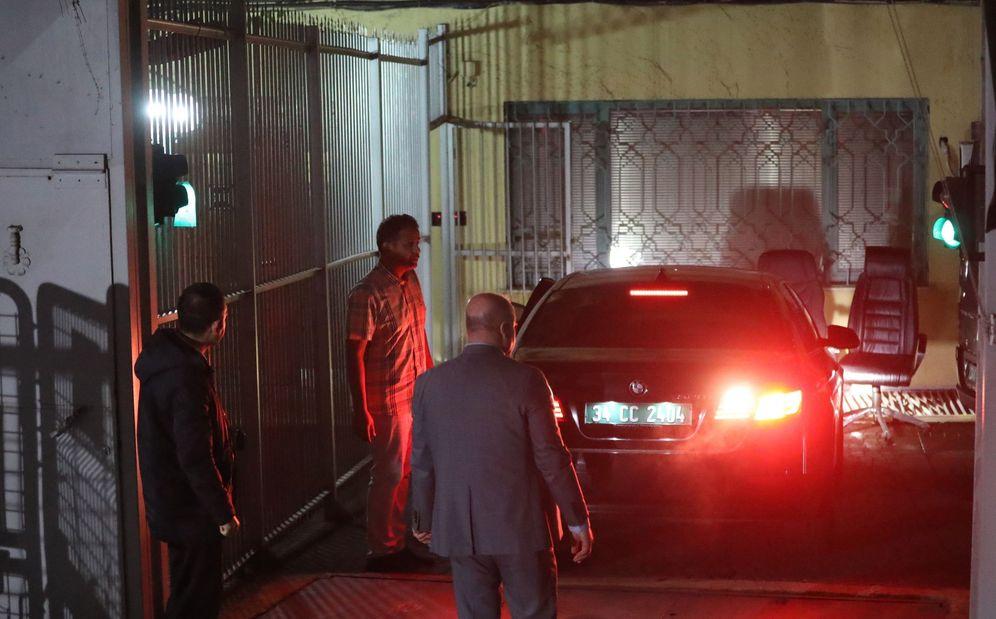 Foto: La policía forense turca inspecciona los coches oficiales aparcados en la parte trasera del consulado saudí. (EFE)