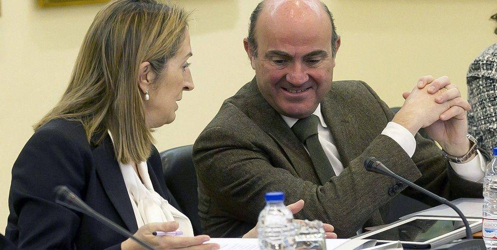 El ministro de Economía, Luis de Guindos, y Ana Pastor. (EFE)