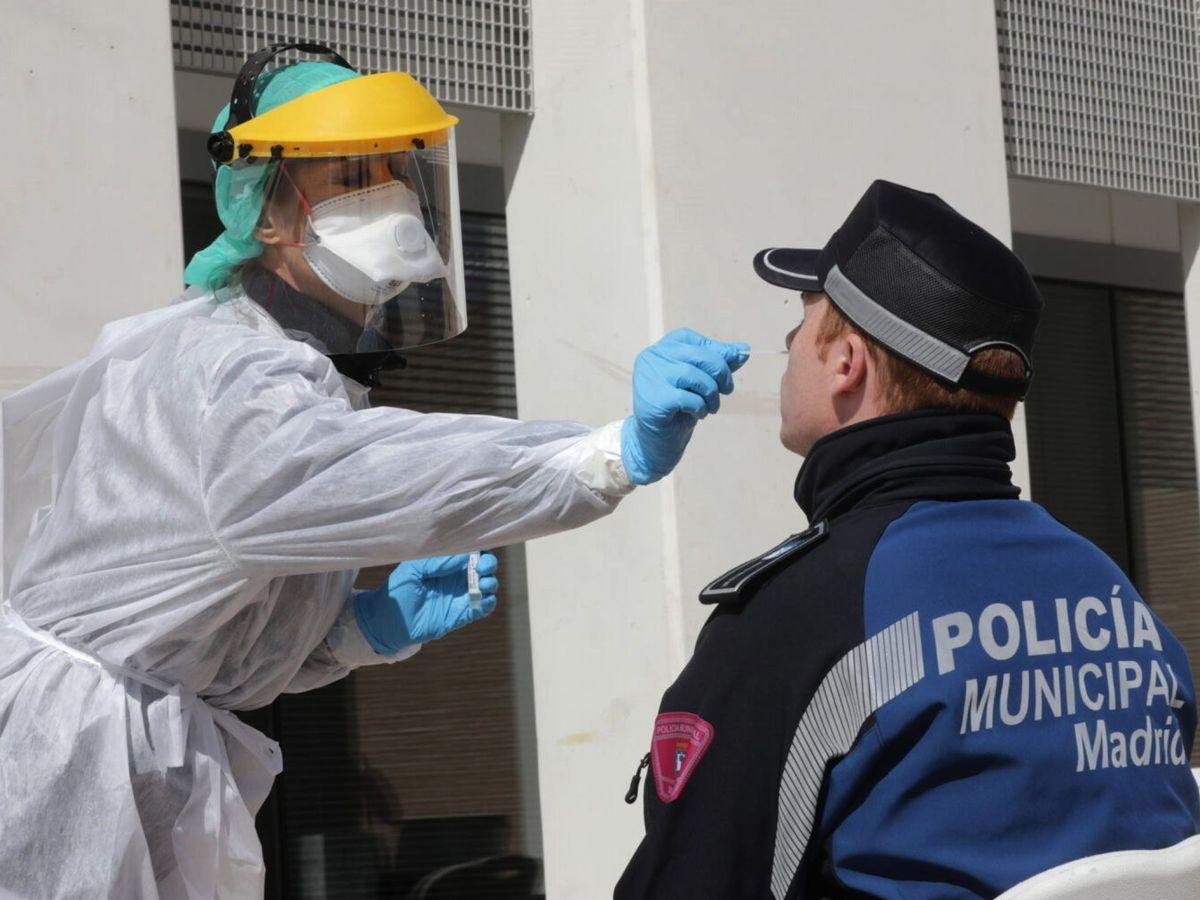 Foto: Un Policía Municipal de Madrid se somete a una prueba PCR para detectar el covid-19. (EFE)