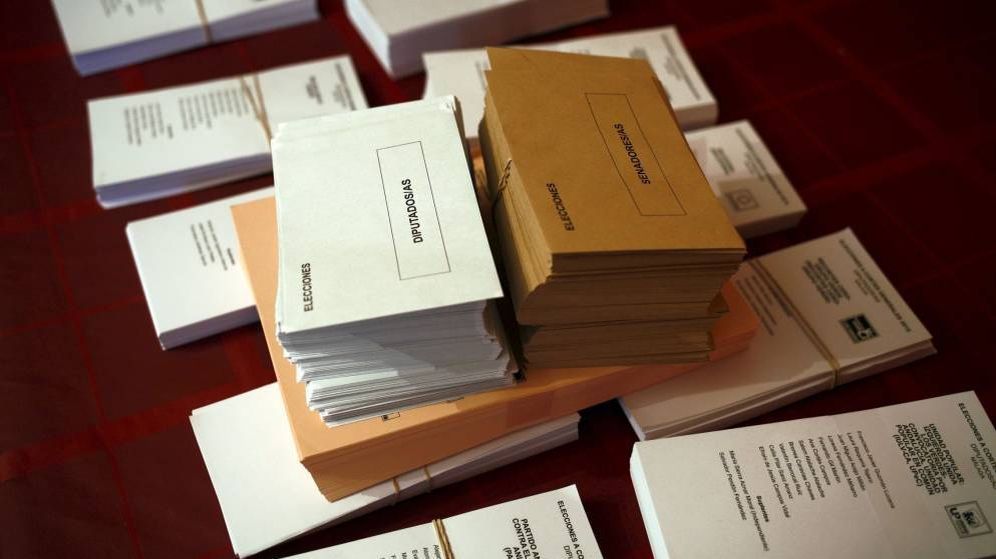 Foto: Papeletas y sobres en una mesa electoral (Reuters)