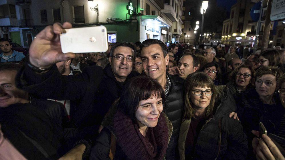 Foto: Pedro Sánchez, rodeado de simpatizantes socialistas el pasado 26 de noviembre en Sueca, Valencia. (EFE)