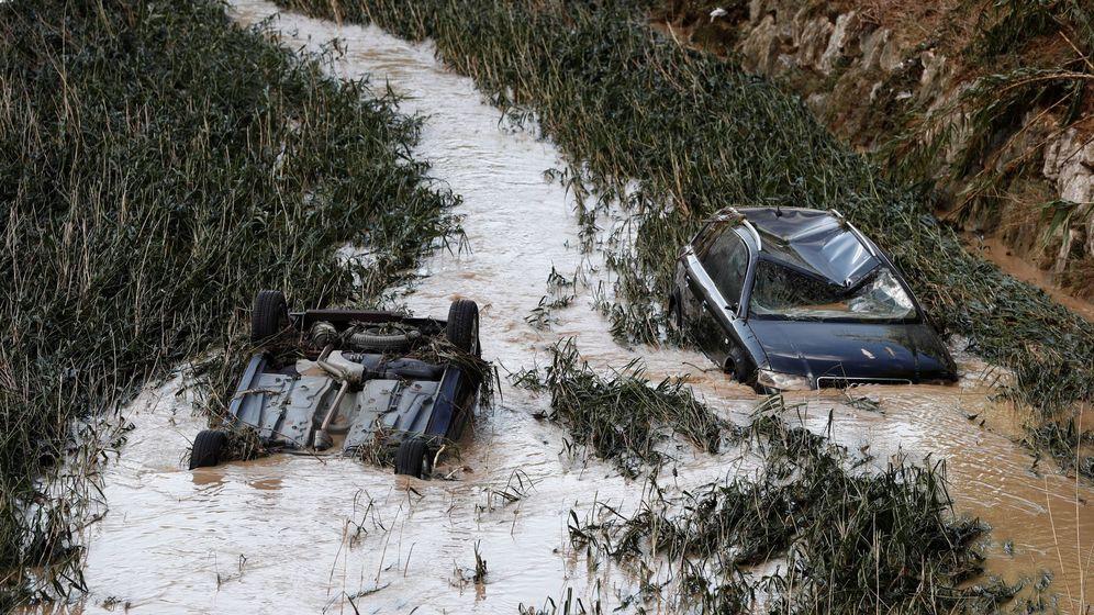 Foto: Vehículos arrollados en el río Cidacos, en Tafalla. (EFE)