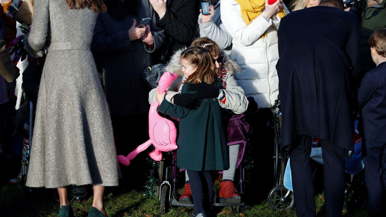 La princesa Charlotte, recibiendo su regalo. (Reuters)