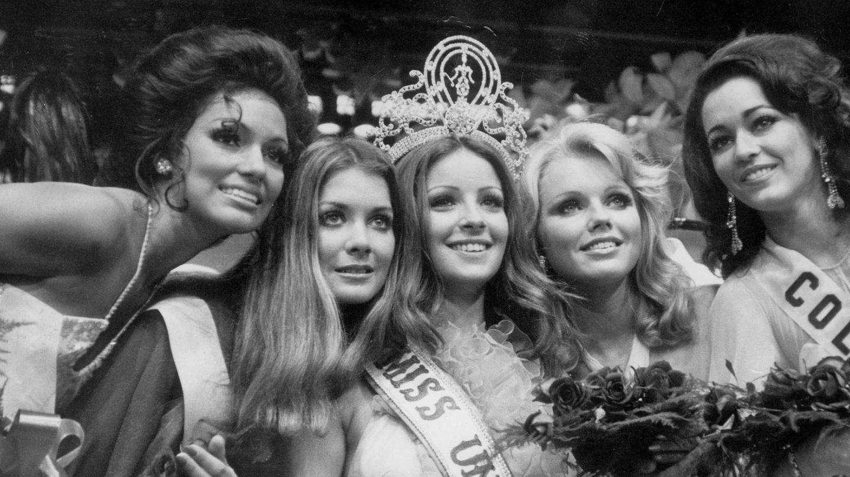 Amparo Muñoz, en el momento de ser coronada Miss Universo junto a las otras finalistas en Manila, Filipinas. (EFE)