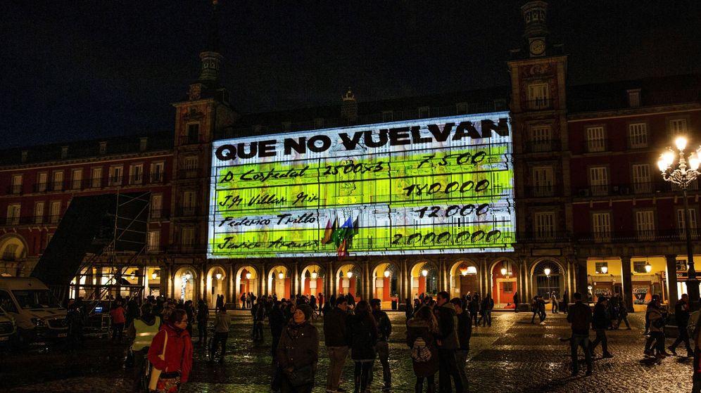 Foto: La fachada de la Casa de la Panadería de la Plaza Mayor de Madrid con imágenes de gran formato de los conocidos como 'papeles de Bárcenas'. (EFE)