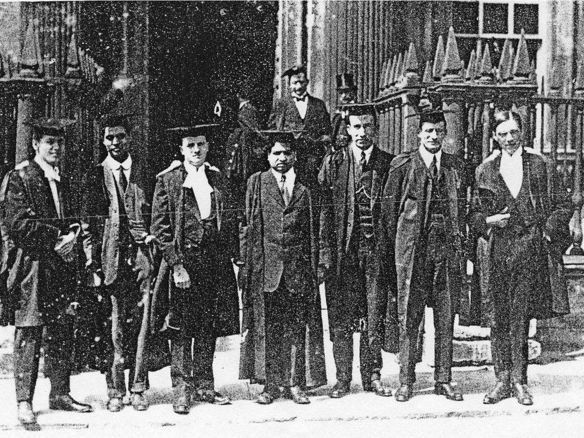Foto: Ramanujan, en el centro de la imagen junto a otros matemáticos de Cambridge (Charles F. Wilson)