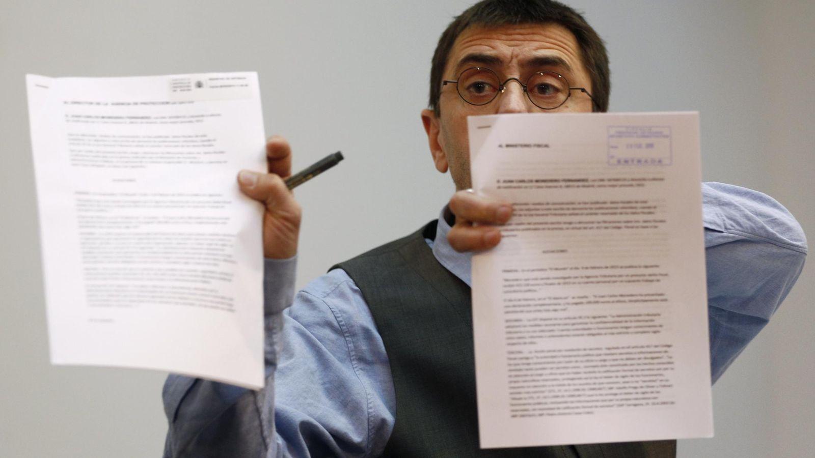 Foto: Juan Carlos Monedero en la rueda de prensa en la que no enseñó sus contratos (Reuters)