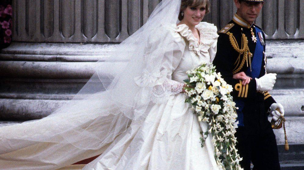 Foto: Diana de Gales y el príncipe Carlos, el día de su boda. (Cordon Press)