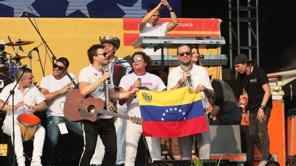 Foto: Los cantantes colombianos, Gusi, Carlos Vives y Santiago Cruz, se presentan en el concierto por Venezuela en Cúcuta (Colombia). (EFE).