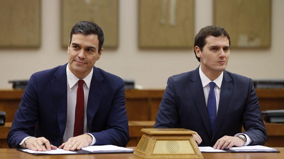 Foto: Pedro Sánchez y Albert Rivera, en la firma del acuerdo de investidura y legislatura. (EFE)