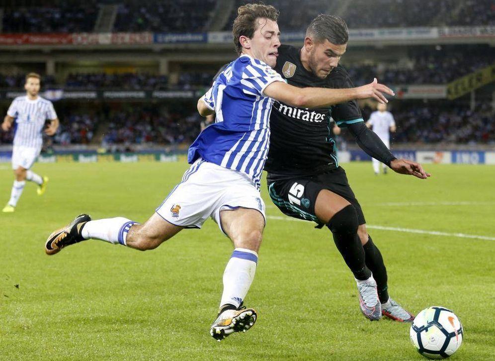 Foto: Odriozola y Theo, durante el Real Sociedad-Real Madrid de la temporada pasada. (EFE)