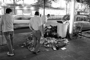 Foto: Así son los espigadores: visten bien, buscan comida en la basura y traen de cabeza a los súper