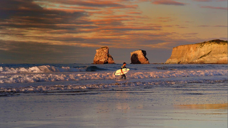 Surfear aquí es como el comer. Al fondo, las rocas gemelas. (Foto: Turismo Hendaya)