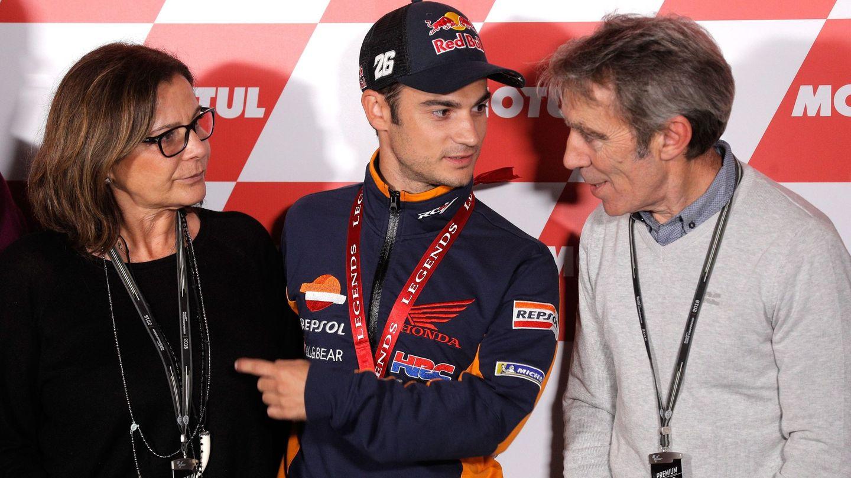 Dani Pedrosa, con sus padres, Basilia y Antonio. (EFE)