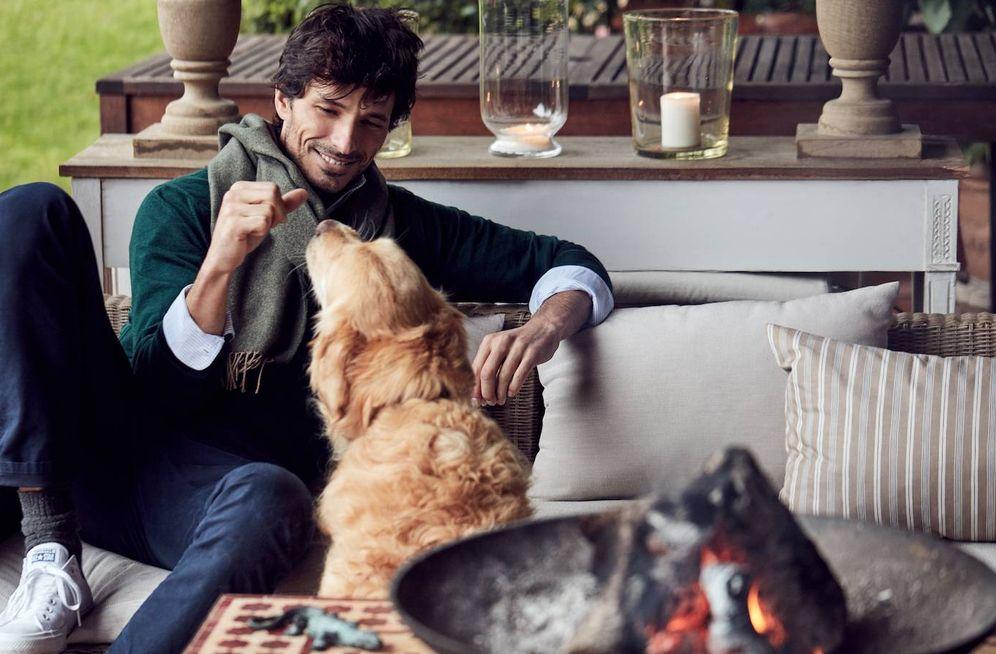 Foto: Andrés Velencoso y su perro, Herry, un golden retriever que empieza a ser tan famoso como él. (Foto: The Brubaker)