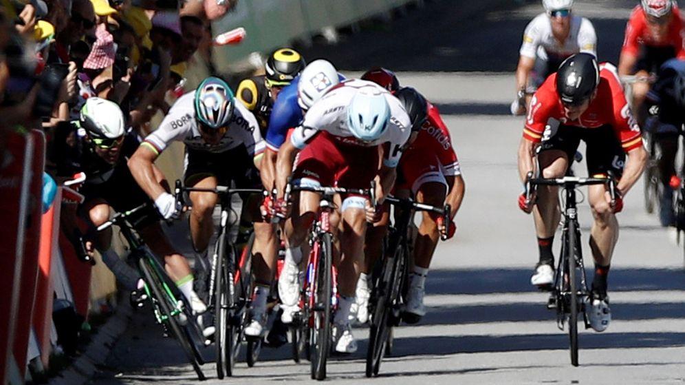 Foto: Momento de la caída de Mark Cavendish en la llegada a Vittel. (EFE)