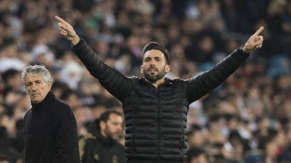 Foto: Eder Sarabia gesticula en la banda del Bernabéu con Quique Setién al fondo. (EFE)