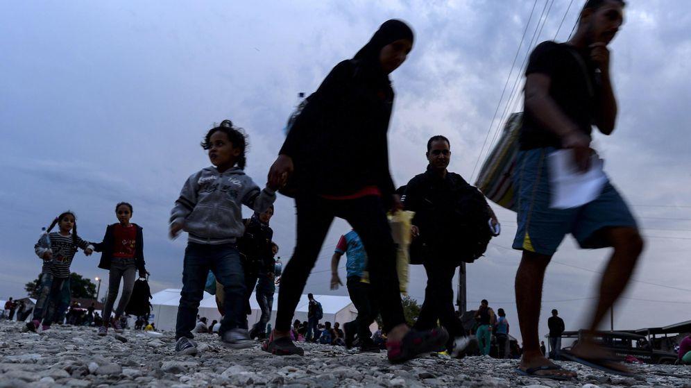 Foto: Un grupo de refugiados sirios camina hacia Gevgelija, Macedonia, el 11 de septiembre de 2015 (Reuters).