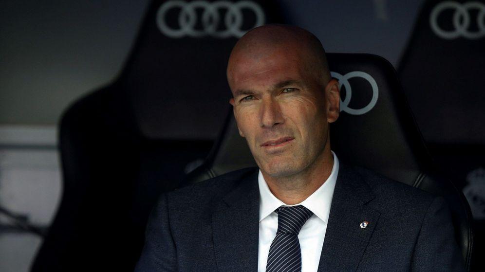 Foto: Zidane en el banquillo del Bernabéu. (Efe)