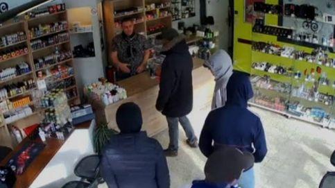 Pide a los ladrones que vayan a robarle más tarde y vuelven... con la policía en la puerta