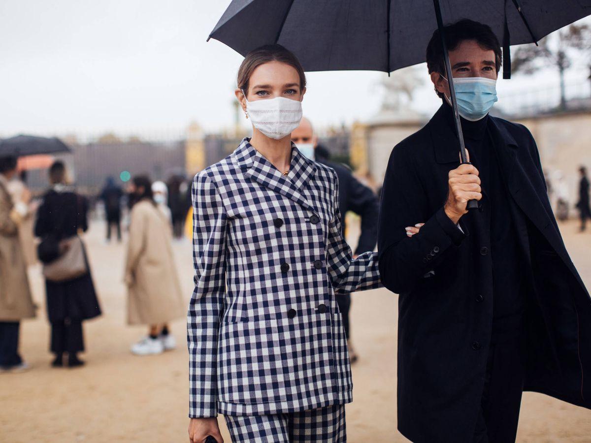 Foto: La modelo Natalia Vodianova, con un traje vichy en París. (Imaxtree)