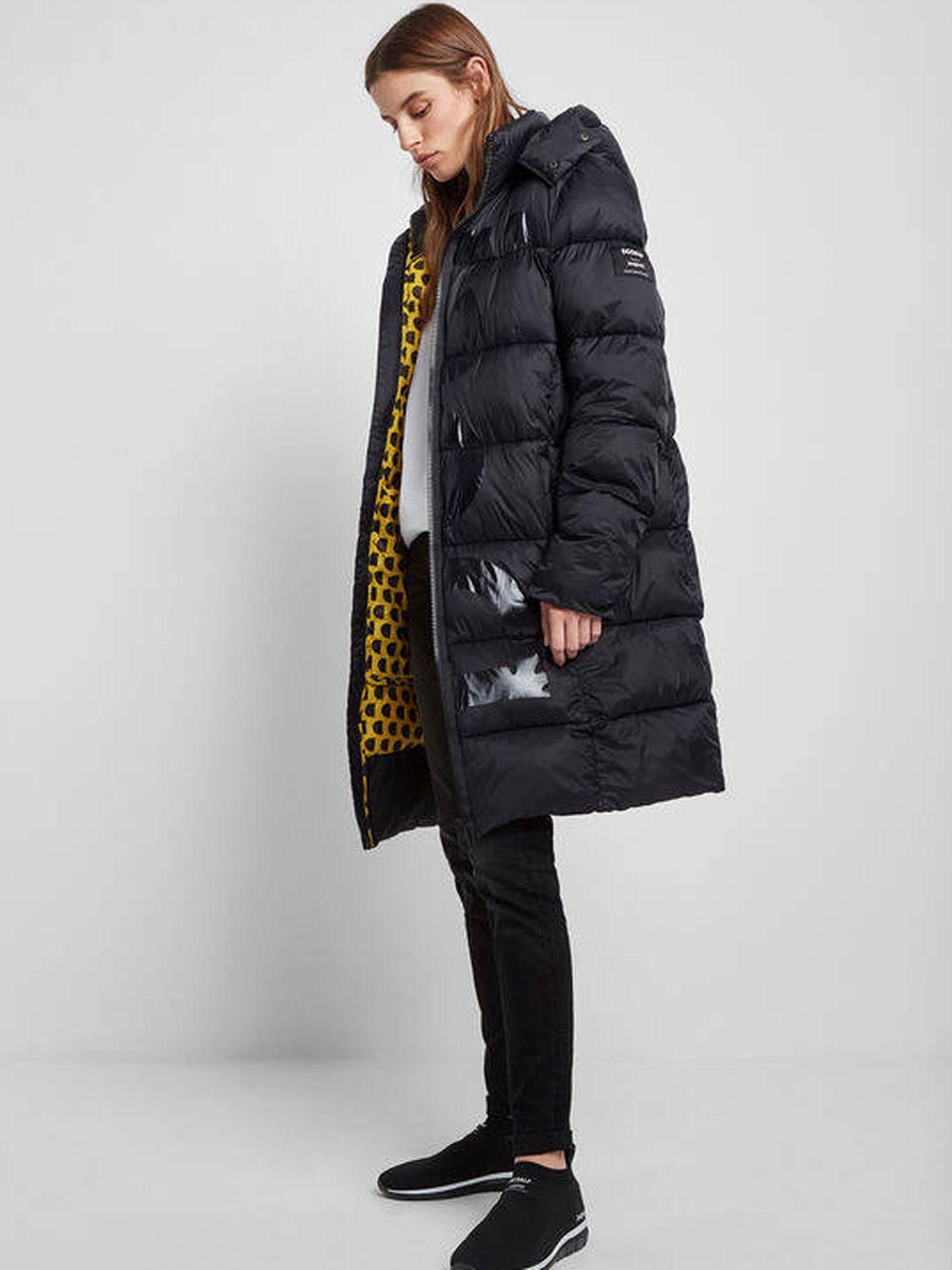 El abrigo de Desigual que lleva Nuria Roca. (Cortesía)