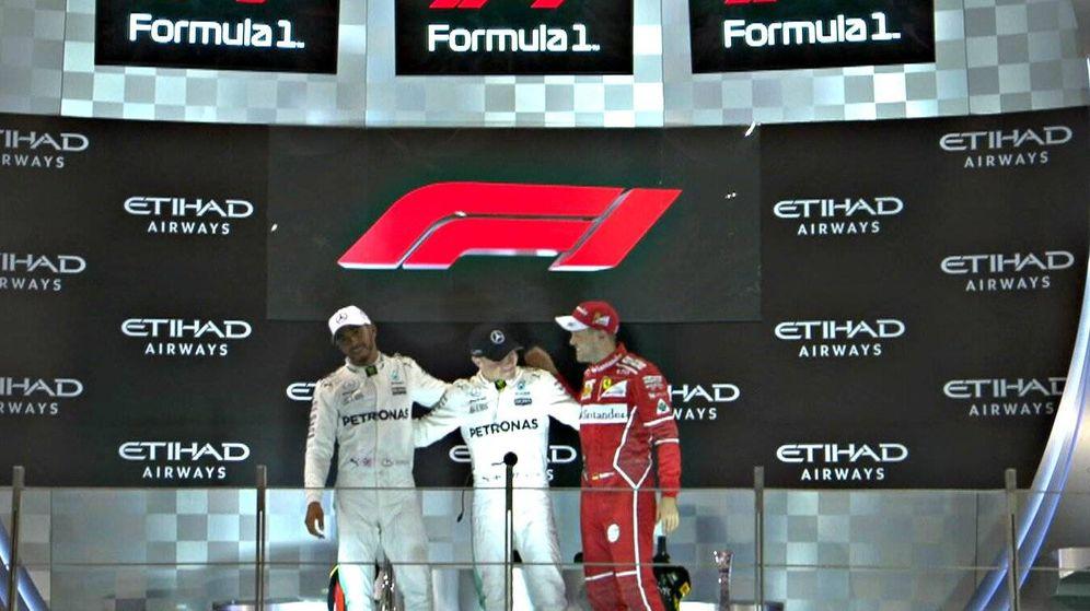 Foto: El nuevo logo de F1 en el podio de Abu Dabi. (Foto: Twitter de @F1)