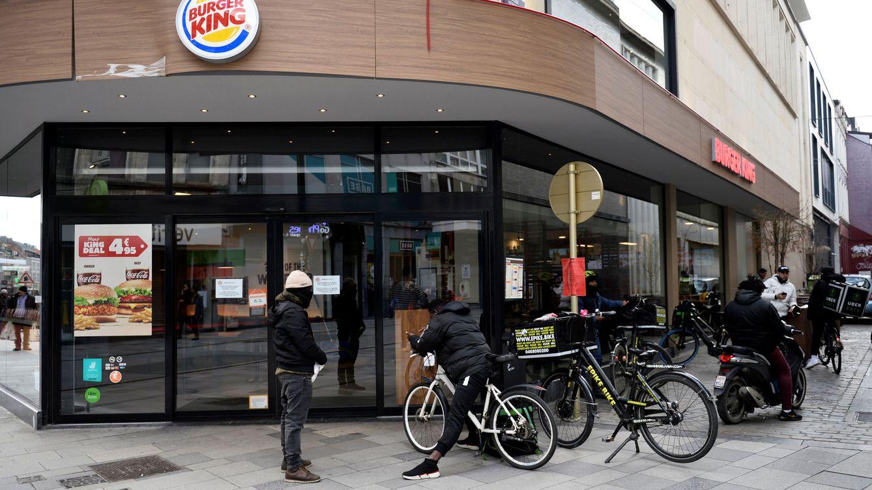 Foto: Un Burger King en Bruselas vacío tras las limitaciones por el coronavirus. (Reuters)
