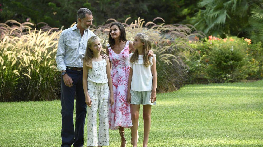 Foto: Letizia, con Felipe VI y sus hijas, en el posado de Marivent. (Limited Pictures)