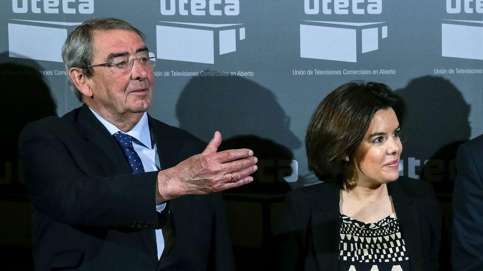 Foto: La vicepresidenta del Gobierno, Soraya Sáenz de Santamaría, y el presidente de Mediaset España, Alejandro Echevarría. (EFE)