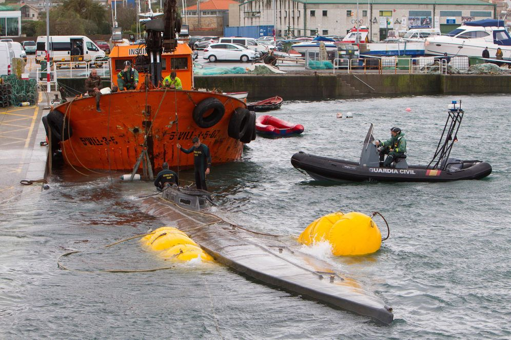 Foto: Los equipos marítimos reflotando el narcosubmarino este martes. (EFE)