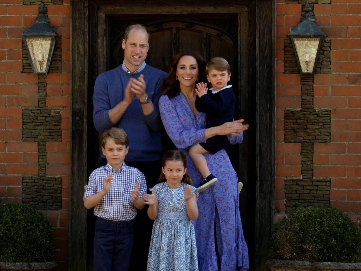 Foto: Los duques de Cambridge, con sus hijos. (BBC)