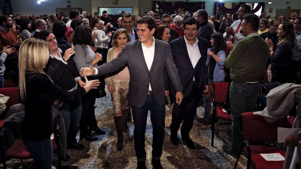 Foto: Albert Rivera, en su entrada al auditorio de la Ciudad del Artista Fallero. (Efe)
