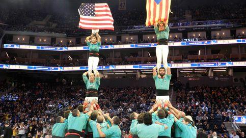 Unos castellers despliegan una estelada en un partido de pretemporada de la NBA