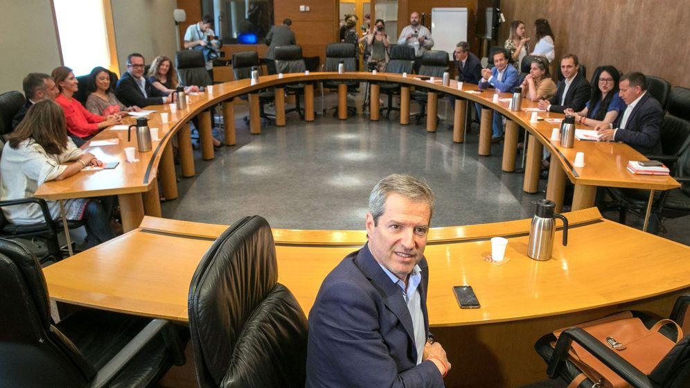 Foto: El candidato de Ciudadanos a la presidencia de Aragón, Daniel Pérez Calvo (c). (EFE)