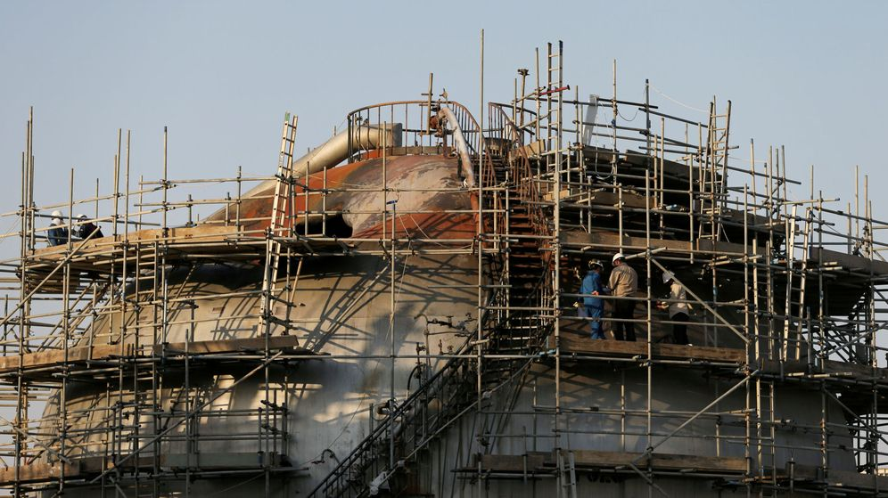 Foto: Obras de reparación en la planta de Aramco atacada. (Reuters)