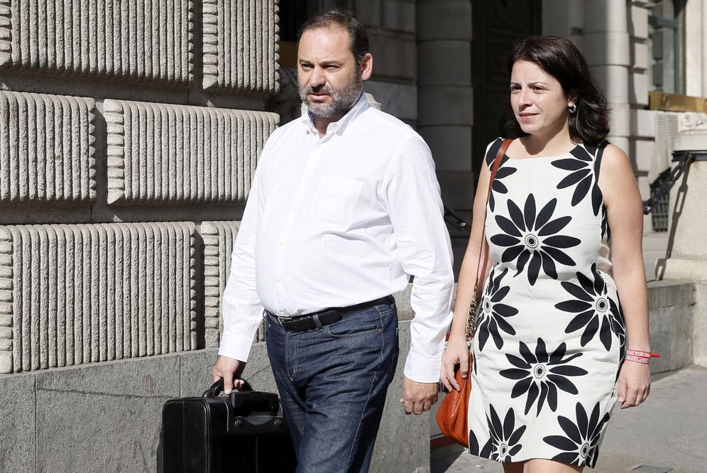 Foto: El portavoz provisional socialista, José Luis Ábalos, y la diputada Adriana Lastra, a su llegada este viernes a la reunión con Pedro Sánchez y la dirección del grupo. (EFE)