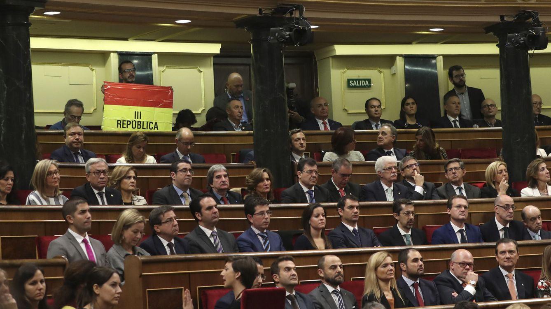 Foto: Un senador de IU despliega una bandera republicana durante el discurso del Rey. (EFE)