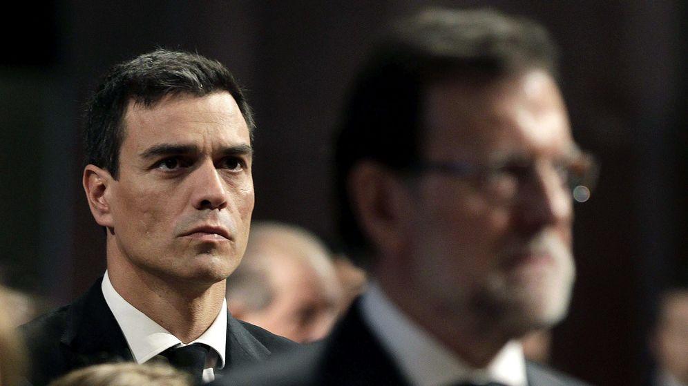 Foto: El secretario general del PSOE, Pedro Sánchez, tras la figura de Mariano Rajoy. (EFE)