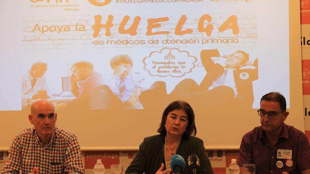 Foto: El delegado de la Consejería de Salud en Málaga, Carlos Bautista, a la derecha, en una convocatoria de huelga en el Colegio de Médicos de Málaga.