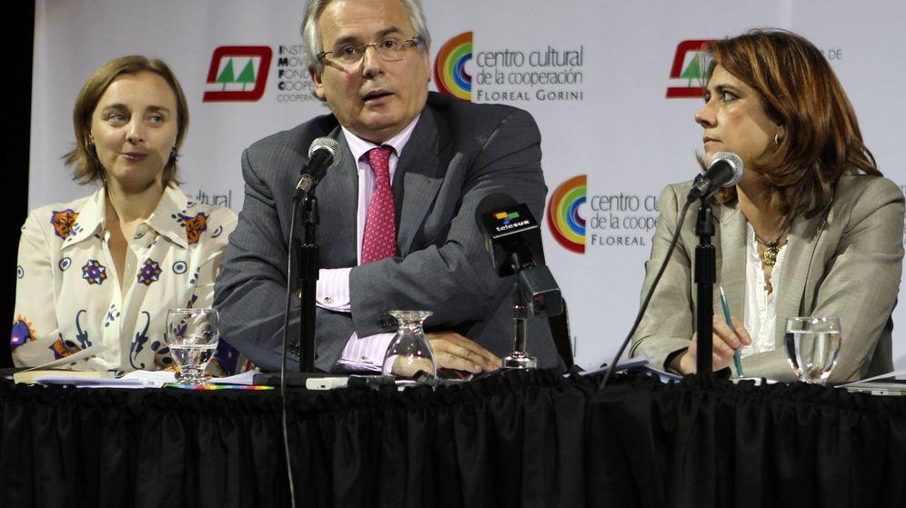 Foto: El exjuez español Baltasar Garzón (c) habla junto a la ministra Dolores Delgado (d) en un acto celebrado en 2012. (EFE)