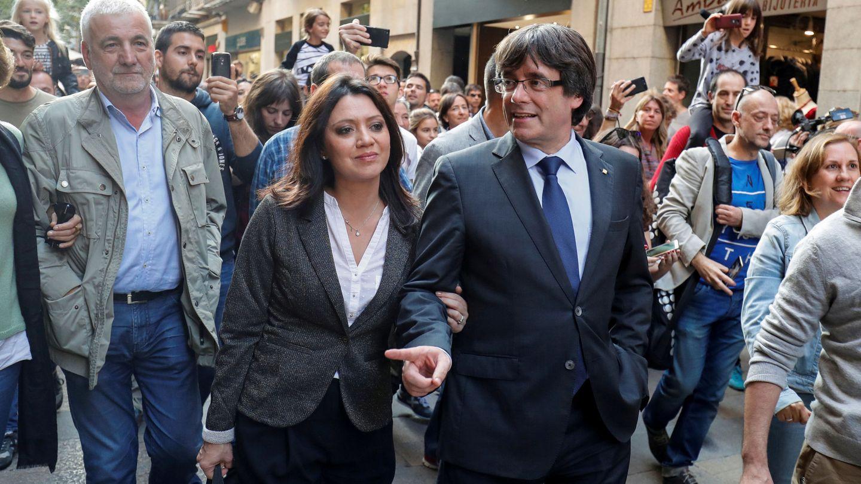 Marcela Topor y Carles Puigdemont pasean por Girona, en una imagen de archivo. (Reuters)