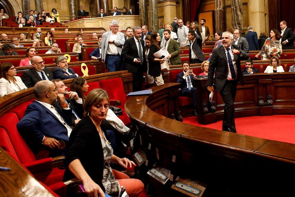 Foto: Bronca en el Parlament entre Cs y la bancada independentista, este 26 de septiembre. (EFE)