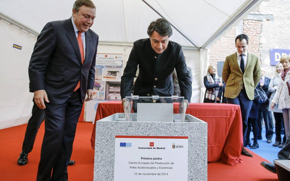 Foto: Juan Soler (a la izquierda), inaugurando las obras del Centro Europeo de Producción de Artes Audiovisuales y Escénicas, junto al entonces presidente regional, Ignacio González.