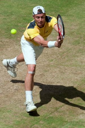 Hewitt se crece en la hierba de Halle y derrota a Federer en la final