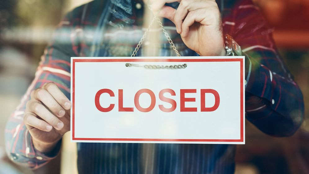Foto: Un negocio, poniendo el cartel de cerrado. (iStock)
