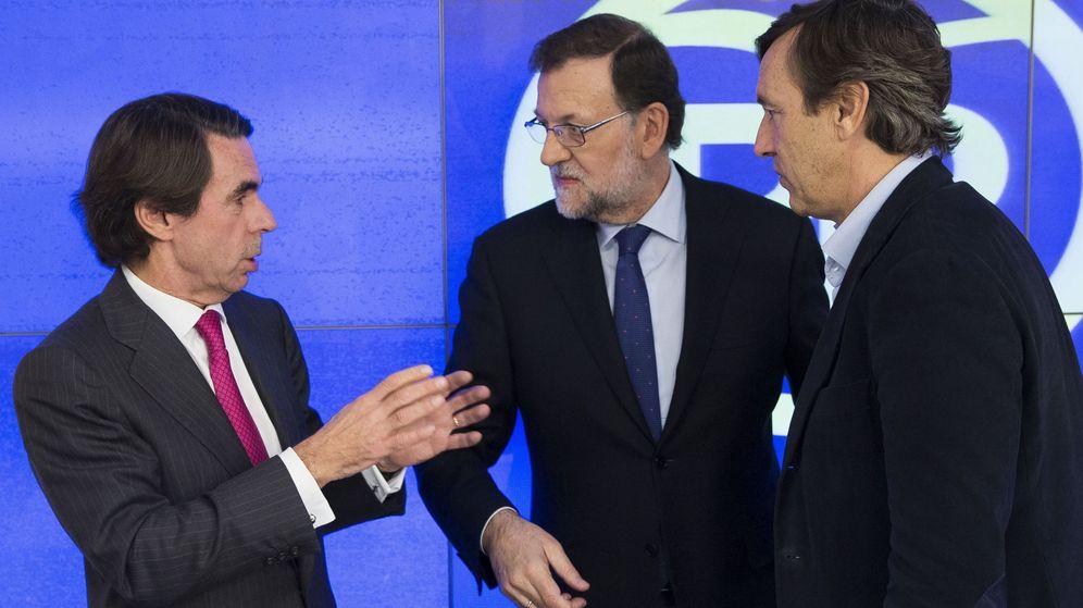 Foto: Fotografía facilitada por el PP de su presidente, Mariano Rajoy (c), junto al expresidente del Gobierno José María Aznar. (EFE)