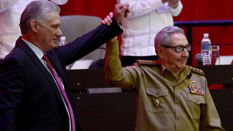 El presidente de Cuba, Miguel Díaz-Canel, junto a su predecesor, Raúl Castro. (Reuters)
